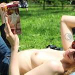 Topless como método para promover la lectura