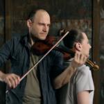 Usando su cabello como cuerda de un violín