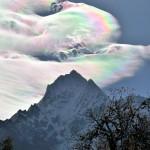 Increíbles nubes arcoiris en la cima del Monte Everest