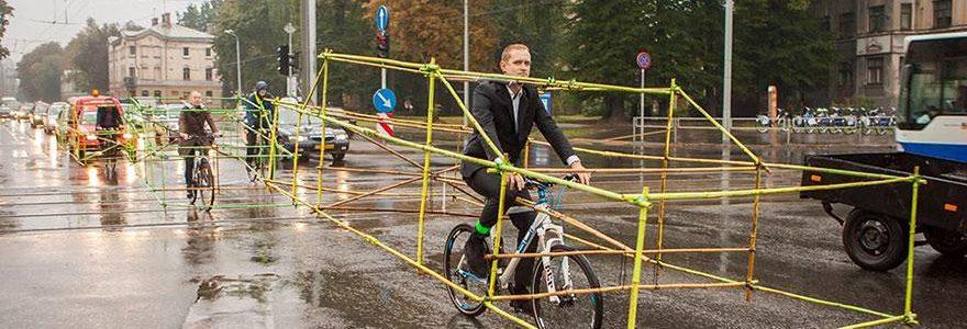 Ellos decidieron mostrar cuanto espacio puede ahorrar una bicicleta