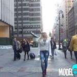 Mujer camina por Nueva York sin pantalones ¡y nadie se da cuenta!