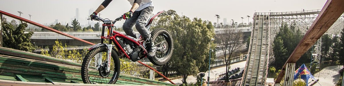 ¿Te imaginas recorrer la montaña rusa de La Feria de Chapultepec en moto?