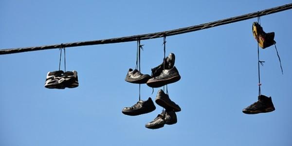 ¿Por qué hay zapatos en los cables eléctricos?