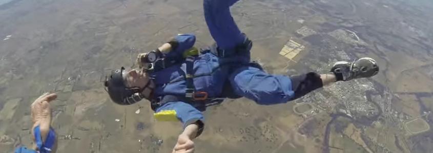 Se desmaya en plena caída libre antes de abrir su paracaídas
