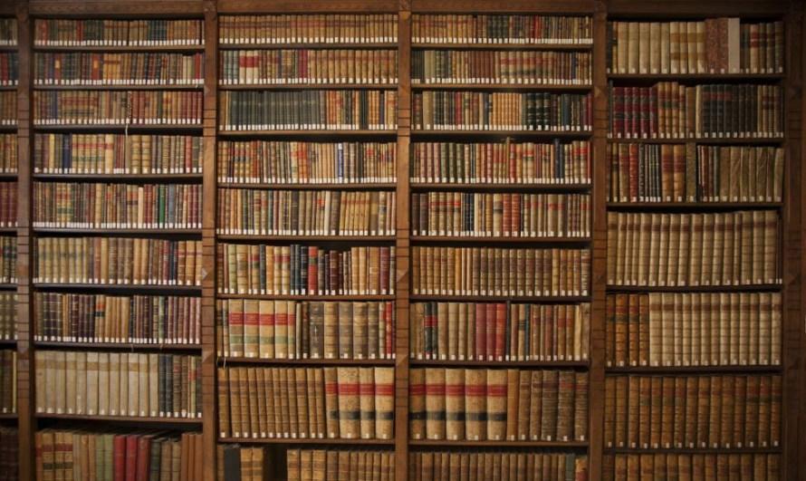 libros-antiguos-en-una-de-las-bibliotecas-de-la-rae-e1383424559823