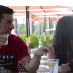 """Experimento social muestra lo fácil que es """"pepear"""" a una mujer en un bar"""