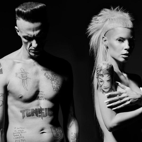 Los miembros de Die Antwoord son también fans de tatuaje. Si prefiere la mano de Ninja-meter tatuajes sarcásticos, Yolandi pidió maestro Carlos Torres por su hijo y # 39 ; s tatuaje retrato.